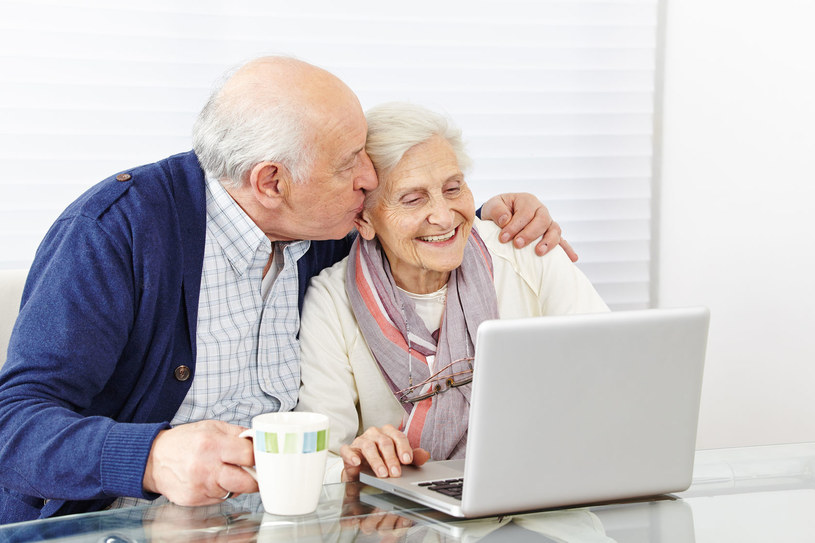 Korzystanie z internetu otwiera seniorom nowe horyzonty /123RF/PICSEL