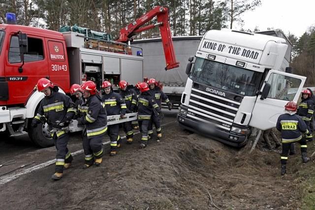 Korzystanie z telefonów na drodze ma śmiertlene skutki /Artur Reszko /PAP