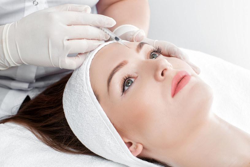 Korzystanie z zabiegów medycyny estetycznej można rozpocząć wcześniej, wraz z pojawieniem się pierwszych oznak starzenia /123RF/PICSEL