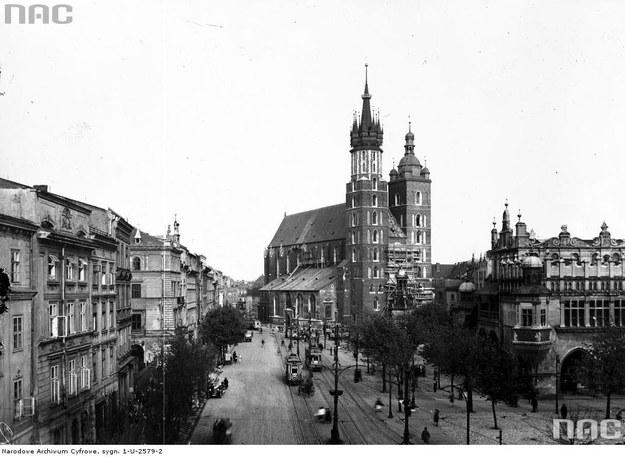 Kościół Mariacki i widok na fragment Rynku Głównego w Krakowie na linii A-B (1929 r.) /Z archiwum Narodowego Archiwum Cyfrowego
