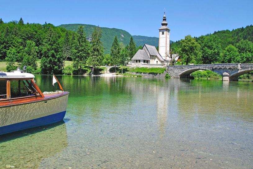 Kościół Świętego Jana Chrzciciela nad największym jeziorem Słowenii, wysokogórskim Bohinj /123RF/PICSEL