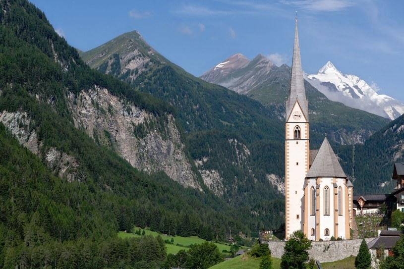 Kościół w Heiligenblut. W tle Grossglockner - najwyższy szczyt Austrii /123RF/PICSEL