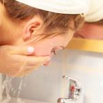 Kosmetyczka Heleny Christensen tłumaczy, kiedy mycie twarzy bardziej szkodzi niż pomaga