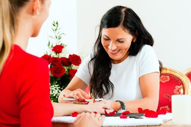 Kosmetyczka oferująca żelowy manicure może korzystać z karty podatkowej /©123RF/PICSEL