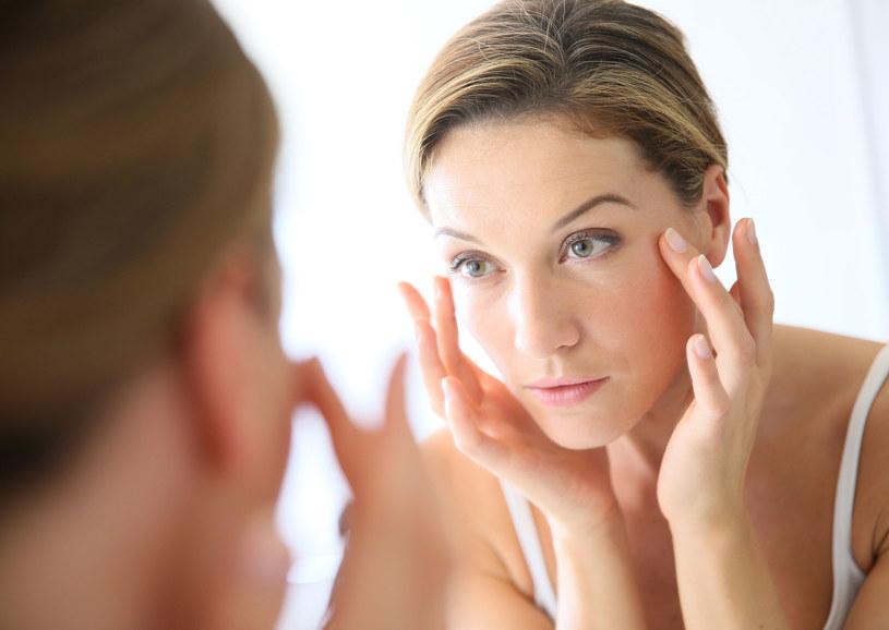 Kosmetyk nakładaj zawsze od dekoltu do brody. /123RF/PICSEL
