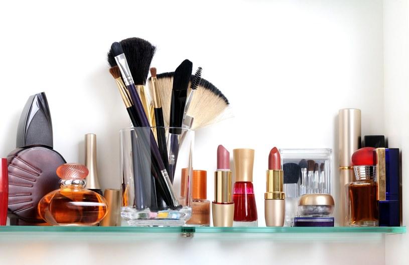 Kosmetyki do makijażu nie lubią wilgoci i częstych zmian temperatury /123RF/PICSEL