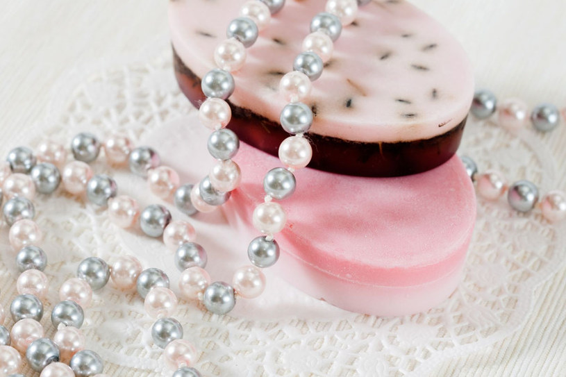 Kosmetyki perłowe produkuje wiele firm, także w Polsce. Są wśród nich nie tylko kremy czy podkłady, ale i szampony, odżywki do włosów, balsamy i mleczka do ciała /123RF/PICSEL