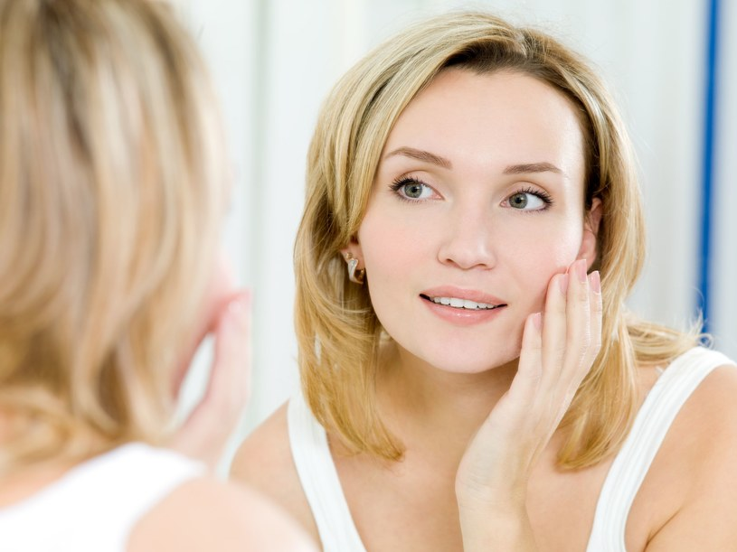 Kosmetyki powinny tworzyć na skórze cienki, elastyczny film, który będzie zapobiegał nadmiernemu odparowywaniu wilgoci z naskórka /123RF/PICSEL
