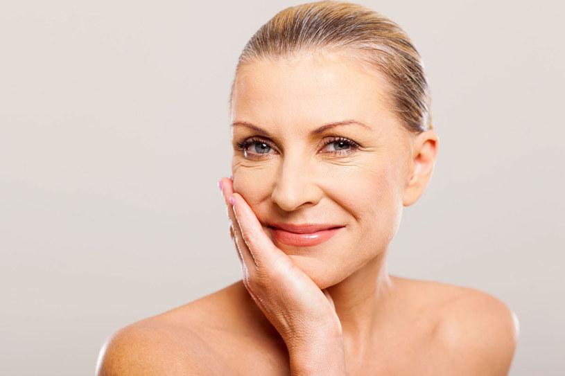 Kosmetyki typu BB mają właściwości pielęgnacyjne i jednocześnie rozświetlające. /123RF/PICSEL