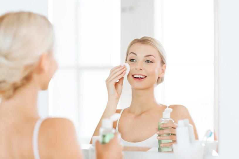 Kosmetyki z alkoholem mogą sprawić, że twarz będzie się jeszcze bardziej świeciła