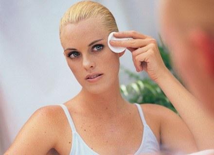 Kosmetyki z apteki warto wypróbować przy wrażliwej cerze /ThetaXstock