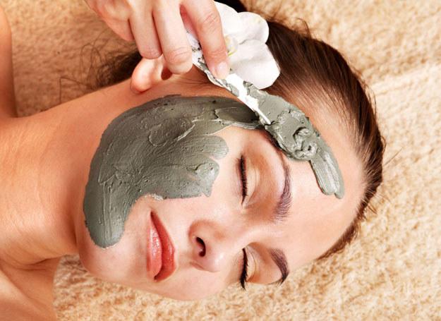 Kosmetyki z glinką działają bardzo korzystnie podczas pielęgnacji skóry twarzy /123RF/PICSEL