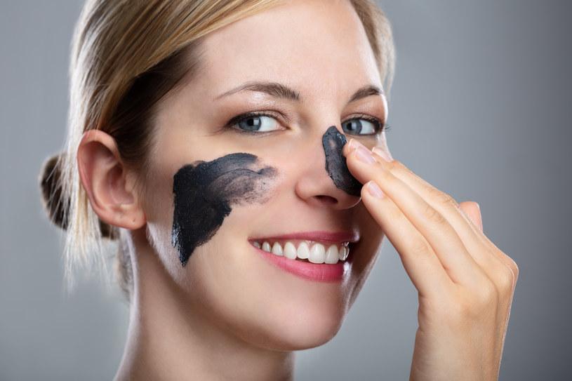 Kosmetyki z węglem aktywnym bardzo dobrze oczyszczają cerę z wszelkich zabrudzeń /123RF/PICSEL