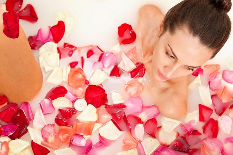 Kosmetyków z dodatkiem octu owocowego oraz soli nie należy stosować, gdy skóra jest podrażniona /123RF/PICSEL