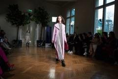 Kosmiczne rakiety, długie płaszcze i duże kołnierze hitami paryskich pokazów mody