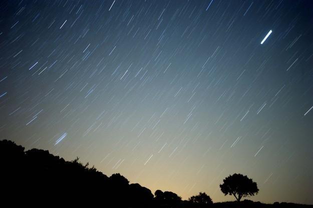 Kosmiczny odłamek wpada w naszą atmosferę i jak nie spłonie po drodze, to spada z hukiem na Ziemię /AFP