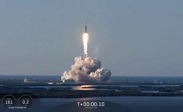 Kosmiczny sukces Elona Muska. Falcon Heavy z udanym lotem
