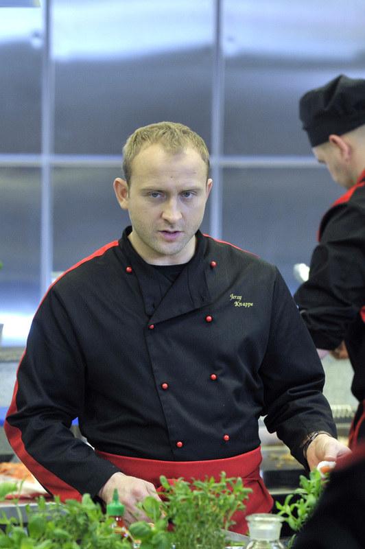 Kostium zawiera pełny uniform szefa kuchni - spodnie i koszulę. Do stroju dołączony jest certyfikat autentyczności poświadczony podpisem aktora. /Gałązka /AKPA