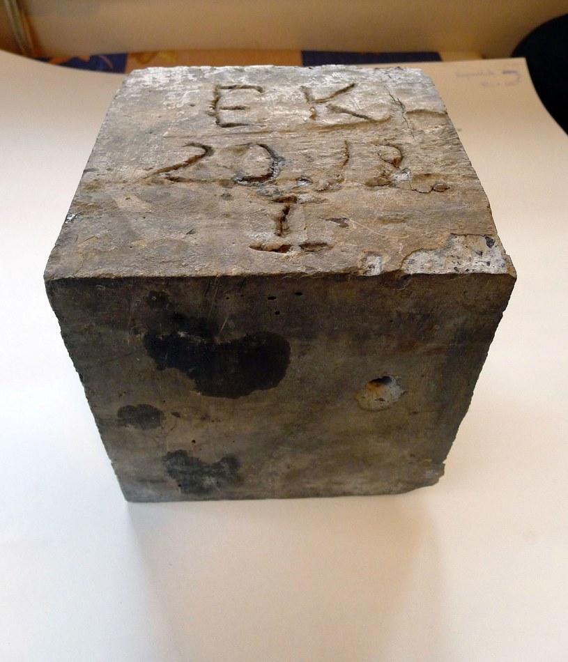 Kostka betonowa 20x20x20 cm o wysokiej klasie wytrzymałości B65 /Odkrywca
