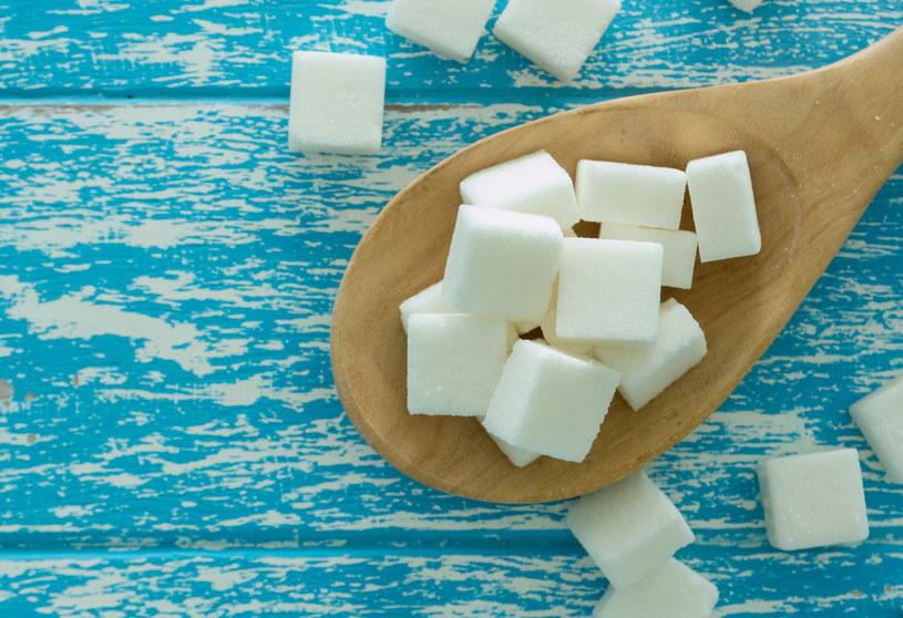 Kostka cukru zadziała lepiej niż batonik /123RF/PICSEL