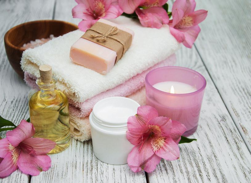 Kostkę mydła różanego albo lawendowego włóż pomiędzy ubrania w szafie. /123RF/PICSEL