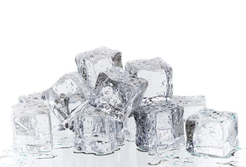 Kostki lodu to najtańczy, domowy masażer antyceluliowy  /© Panthermedia