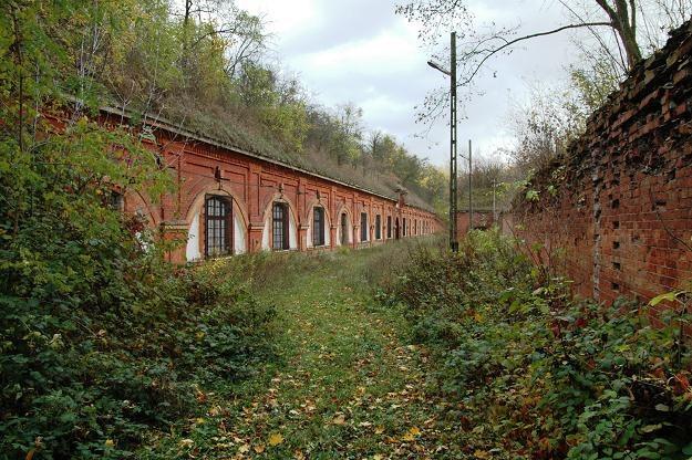 Koszary szyjowe Fortu III. Tu znajdowały się cele więzienne /Odkrywca