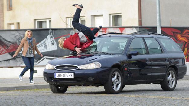Koszmar! Nagle kobieta wpadnie pod koła pędzącego samochodu. /ATM Grupa S.A./ Bogdan Bogielczyk /materiały prasowe