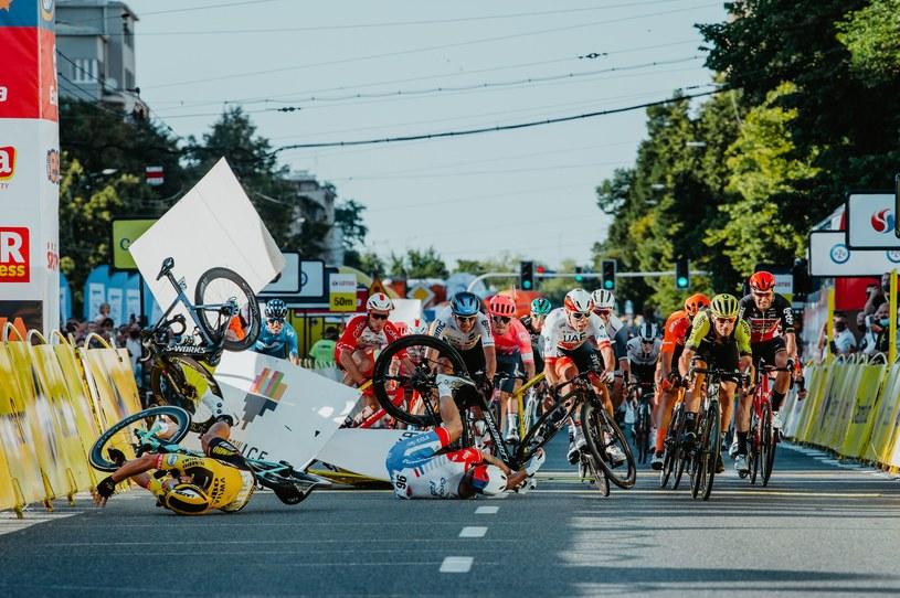 Koszmarny wypadek Fabio Jakobsena na mecie 1. etapu Tour de Pologne w Katowicach (zdjęcie Andrzeja Grygiela) /AFP
