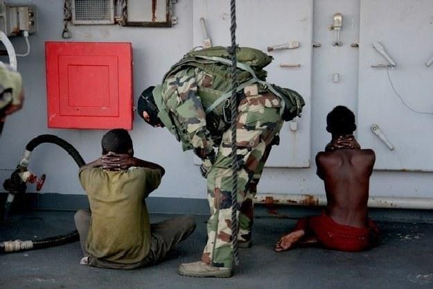 Koszty piractwa wahają się w granicach od 1 do 16 mld USD (na zdjęciu aresztowani somalijscy piraci) /AFP