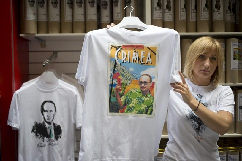"""Koszulka """"pozdrowienia z Krymu"""", fot. AP Photo/Pavel Golovkin /East News"""