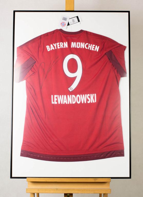Koszulka Roberta Lewandowskiego z autografem /wosp.org.pl