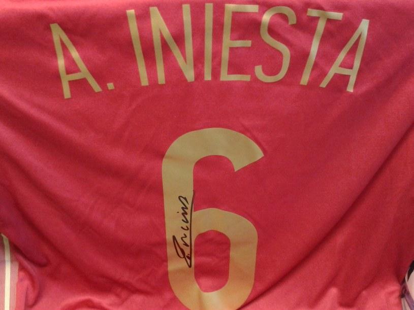 Koszulka z autografem Andresa Iniesty czeka na zwycięzcę naszej zabawy /INTERIA.PL