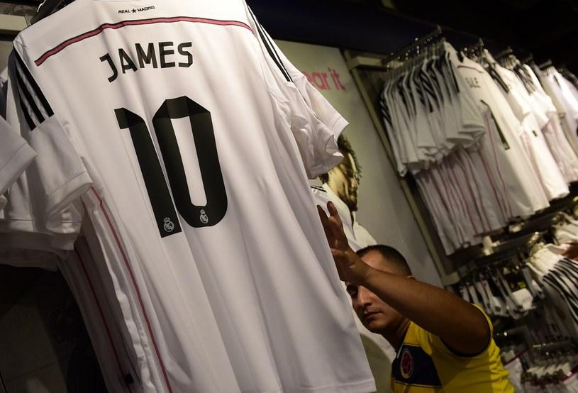 Koszulka z nazwiskiem Jamesa Rodrigueza kosztuje 101 euro /AFP