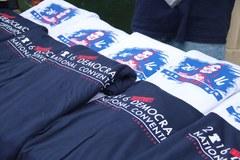 Koszulki, torby, znaczki z wizerunkiem Hillary Clinton. Filadelfia żyje konwencją demokratów