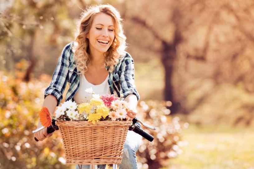 Koszyk wiklinowy nada Twojemu miejskiemu rowerowi wiejskiego sznytu /Adobe Stock