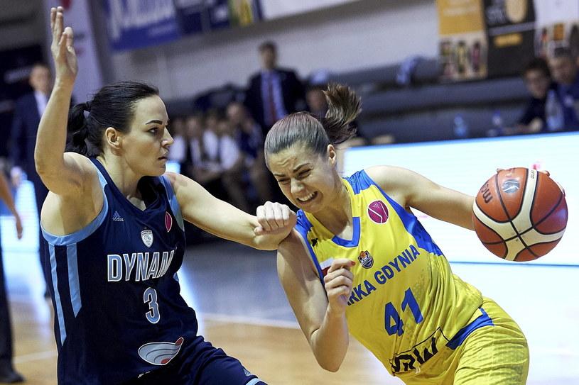 Koszykarka Arki Gdynia Barbora Balintova (z piłką) i Natalia Żedik z Dynama Kursk /Adam Warżawa /PAP