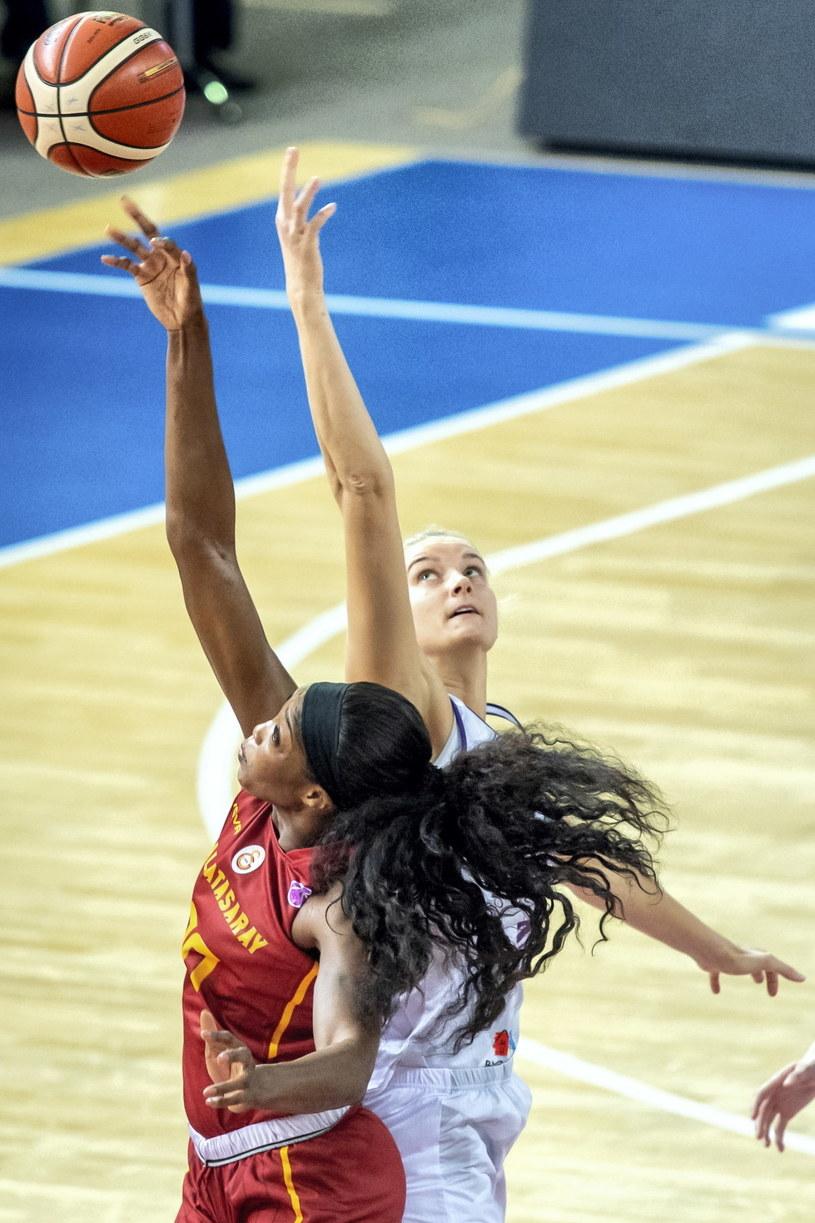 Koszykarka Artego Bydgoszcz Laura Miskiniene (P) i Victoria Macaulay (L) z Galatasaray Stambuł / Tytus Żmijewski    /PAP