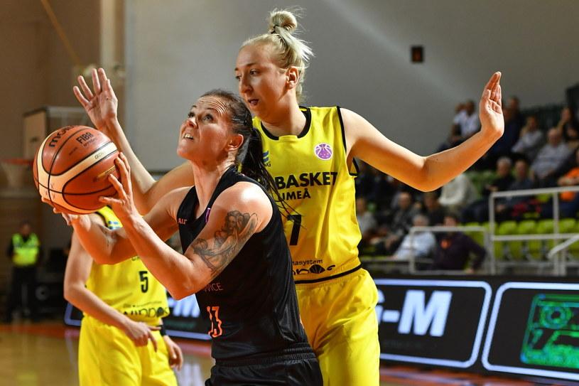 Koszykarka CCC Polkowice Weronika Gajda (L) i Sofia Pelander (P) z A3 Basket Umea / Maciej Kulczyński    /PAP