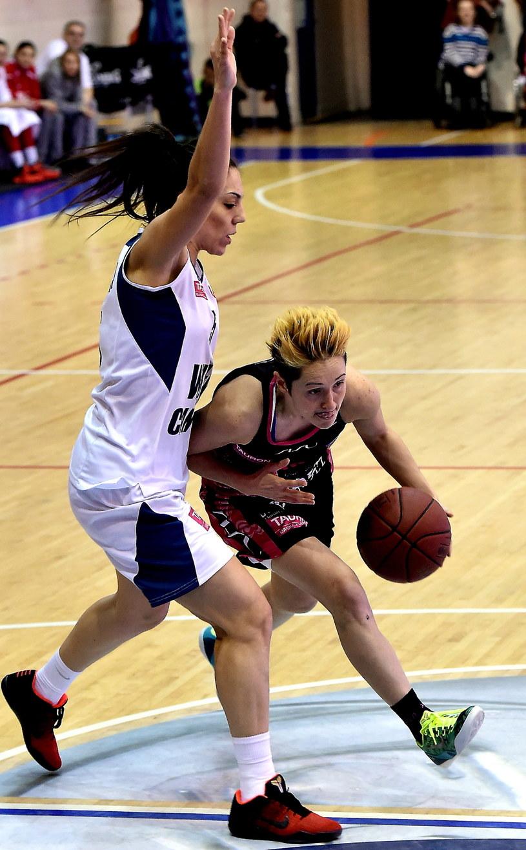 Koszykarka Wisły Can-Pack Kraków Cristina Ouvina (L) blokuje Julie McBride (P) z Artego Bydgoszcz; fot: Jacek Bednarczyk /PAP
