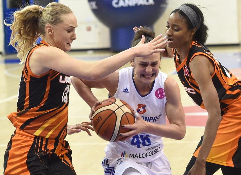 Koszykarka Wisły CanPack Kraków Tamara Radocaj (C) oraz Jelena Biegłowa (L) i LaToya Sanders (P) z UMMC Jekaterynburg /Jacek Bednarczyk /PAP