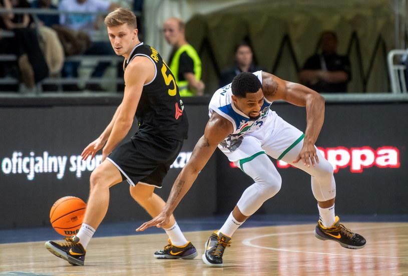 Koszykarz Anwilu Włocławek Chase Simon (P) i Luka Rupnik (L) z Telenetu Giants Antwerpia / Tytus Żmijewski    /PAP