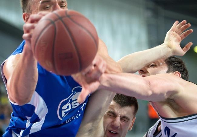 Koszykarz Anwilu Włocławek Danilo Mijatovic (P) walczy o piłkę z Łukaszem Majewskim (L) i Kamilem Łączyńskim (C) z Rosy Radom /Tytus Żmijewski /PAP