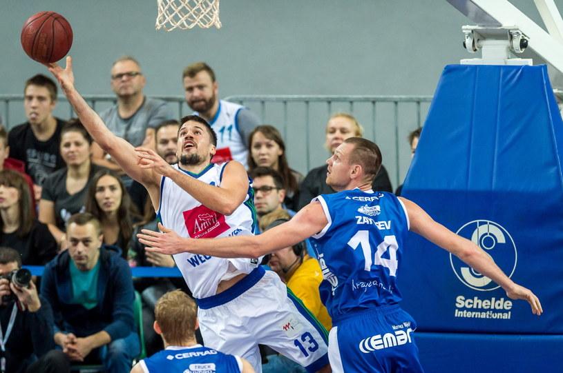 Koszykarz Anwilu Włocławek Josip Sobin (z lewej) i Igor Zajcew z Rosy Radom /Tytus Żmijewski /PAP