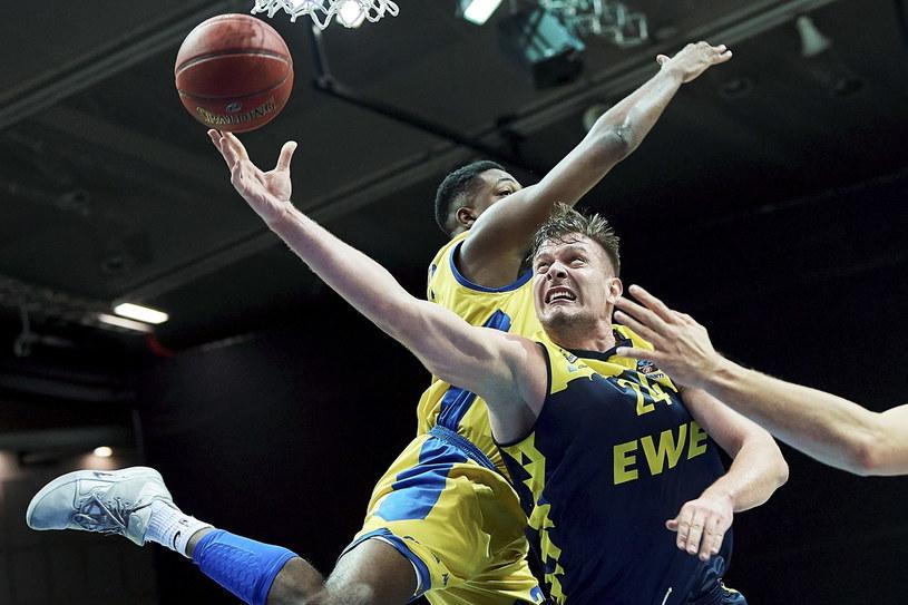 Koszykarz Arki Gdynia Armani Moore (L) i Rasid Mahalbasic (P) z EWE Baskets Oldenburg / Adam Warżawa    /PAP