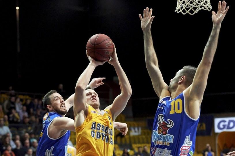 Koszykarz Asseco Gdynia Marcel Ponitka (C) oraz Jure Skific (P) i Michał Chyliński (L) z BM Slamu Stali Ostrów Wlkp. /Adam Warżawa /PAP