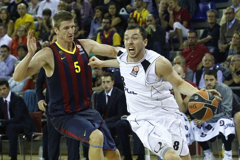 Koszykarz Barcelony Justin Doellman (z lewej) blokuje Michała Chylińskiego z PGE Turowa Zgorzelec /AFP