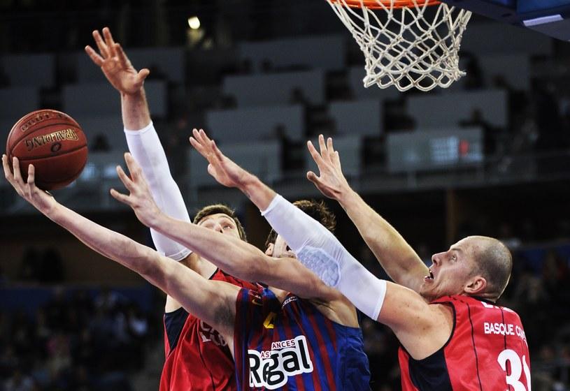Koszykarz Caja Laboral Vitoria Maciej Lampe (z prawej) podczas meczu z Barceloną /AFP