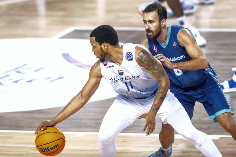 Koszykarz drużyny Polski Cukier Toruń Chris Wright (z lewej) i Safak Edge (P) z Turk Telekom Ankara /Tytus Żmijewski /PAP