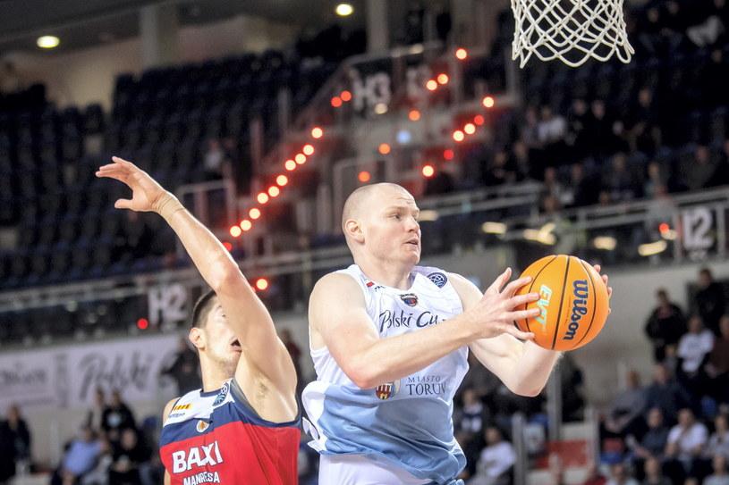 Koszykarz drużyny Polski Cukier Toruń Damian Kulig (z piłką) i Luka Mitrović z BAXI Manresa /Tytus Żmijewski /PAP